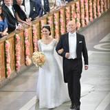 Am Arm ihres Vater kommt Sofia Hellqvist in die Kirche.