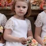 Süßer Autritt: Prinzessin Estelle fungiert als Blumenmädchen.