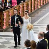 Der Bräutigam ist beim Anblick seiner Braut zum ersten Mal sehr gerührt. Gemeinsam schreiten sie Richtung Altar.