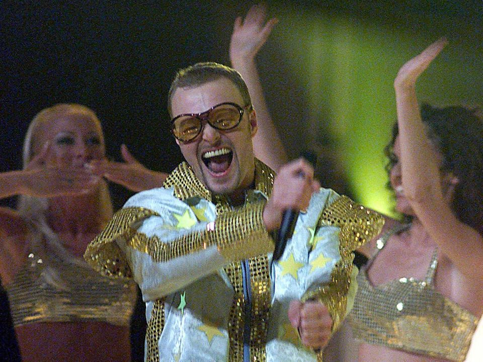 """1999 wechselt Stefan Raab zu ProSieben, wo er mit """"TV Total"""" auf Sendung geht. Nur ein Jahr später tritt er mit dem Blödelsong """"Wadde Hadde Dudde Da"""" beim """"Grand Prix d'Eurovision de la Chanson"""" in Stockholm an. Es ist nicht sein erster """"Grand Prix""""-Ausflug. 1998 hat er bereits das Lied """"Guildo hat euch lieb"""" für Guildo Horn geschrieben."""