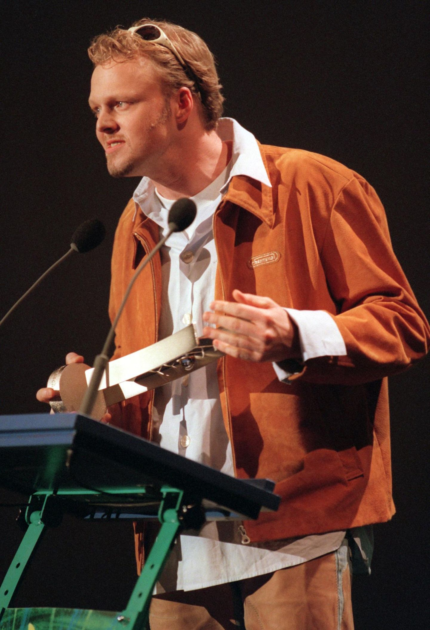 """1993 startet Stefan Raab seine Fernsehkarriere mit der Moderation der Sendung """"Vivasion"""" auf Viva, macht damals aber auch schon Musik. """"Böörti Böörti Vogts"""" ist 1994 sein erster Charterfolg. 1997 bekommt er den """"Echo"""" als bester Produzent für Bürger Lars Dietrichs Album """"Schlimmer Finger""""."""