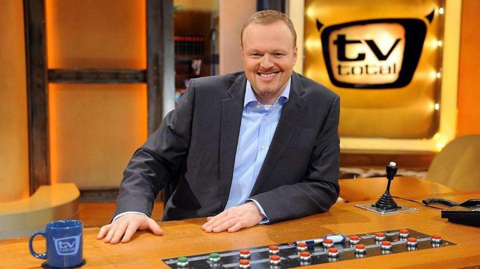 """Obwohl seine Sendung """"TV Total"""" noch viermal die Woche läuft und damit die langlebigste Late-Night-Show im deutschen Fernsehen ist, muss sich Stefan Raab von Kritikern Lustlosigkeit vorwerfen lassen. Am 17. Juni 2015 kündigt er seinen Abschied vom Fernsehen an. Ende des Jahres will er aufhören."""