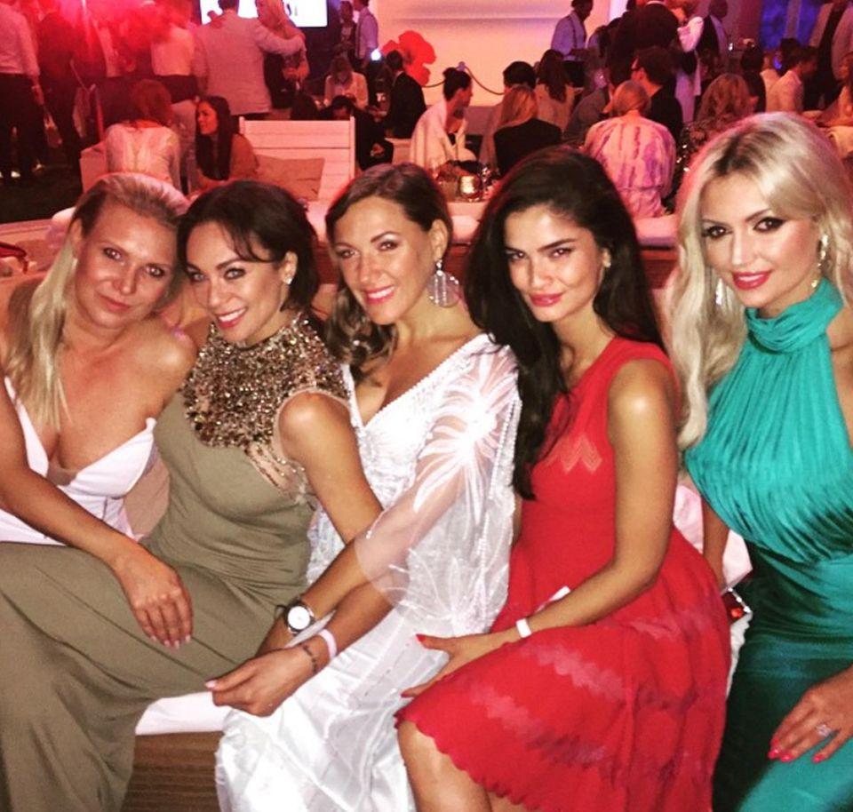 Lilly Becker amüsiert sich mit Magdalena Brzeska, Simone Ballack, Shermine Shahrivar und Rosanna Davison und postet davon ein Foto bei Instagram.