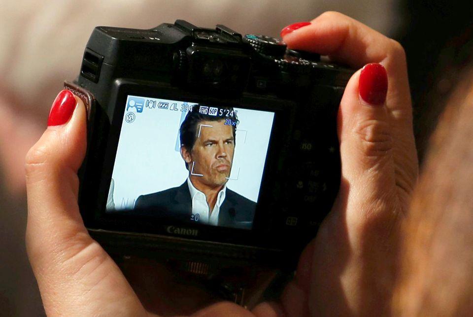 """Dieser Fotograf nimmt Josh Brolin bei der Pressekonferenz zu """"Sicario"""" genau ins Visier."""