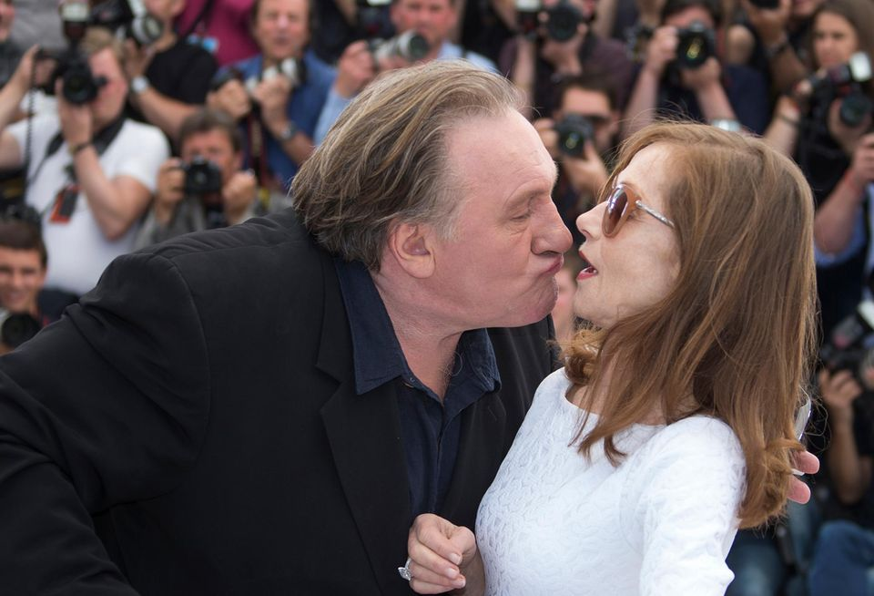 Isabelle Huppert scheint nicht besonders erpicht darauf von Gérard Depardieu geküsst zu werden.