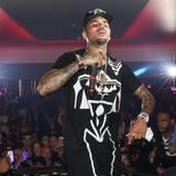 Chris Brown unterhält die Anwesenden in einem VIP-Raum.