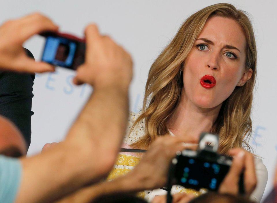 Emily Blunt zieht Grimassen für die Reporter.