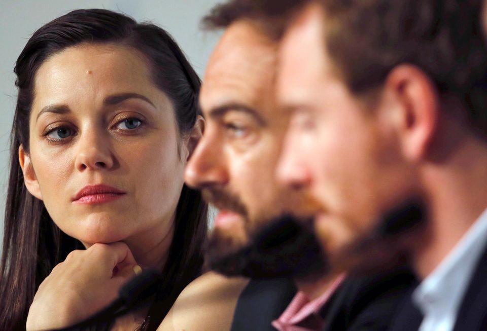 """Zusammen mit dem Regisseur Justin Kurzel und Schauspieler Michael Fassbender, besucht Marion Cotillard die Konferenz für den Film """"Macbeth""""."""