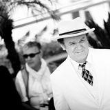 Es ist warm an der Croissette, dennoch kommt John C. Reilly mit Anzug und Hut zum Photocall.