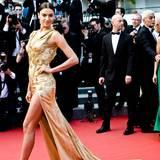 Ganz in Gold schreitet Model Irina Shayk über den roten Teppich.