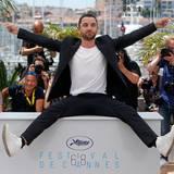 "Guillaume Gouix feiert sich selbst beim Photocall von ""Enrages""."