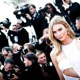 Model Karlie Kloss macht eine gute Figur in ihrem Overall von Atelier Versace.