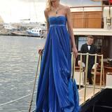 Das polnische Model Anja Rubik post auf eienr Yacht für die Fotografen.