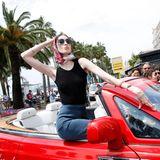 Anna Cleveland fährt stilecht mit dem Cabrio vor.