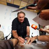 """Gérard Depardieu gibt bei der Pressekonferenz von """"Valley of Love"""" brav Autogramme."""