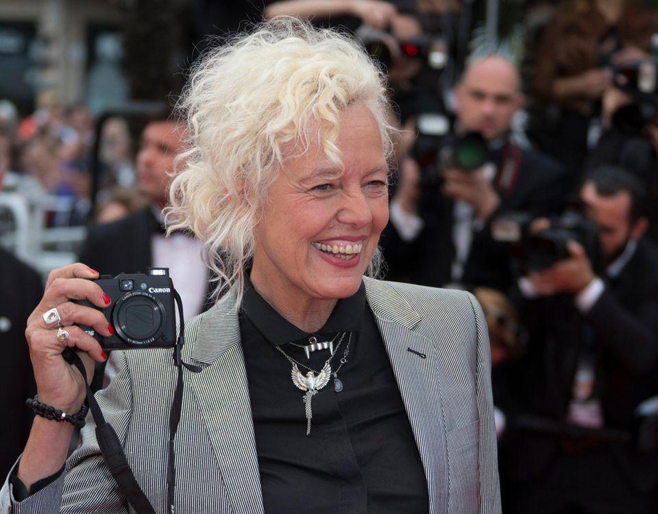 Nun steht auch sie mal vor der Kamera. Fotografin Ellen von Unwerth läuft über den roten Teppich.