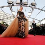 """Schauspielerin und Model Hofit Golan schreitet in einem Traum von Kleid zum Screening von """"La tete haute"""" über den roten Teppich."""