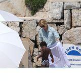 """Der kleine Jackson und Mama Charlize Theron vergüngen sich am Pool des """"Eden Roc""""-Hotel."""