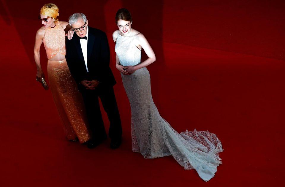 Regisseur Woody Allen wird von Parker Posey und Emma Stone flankiert.