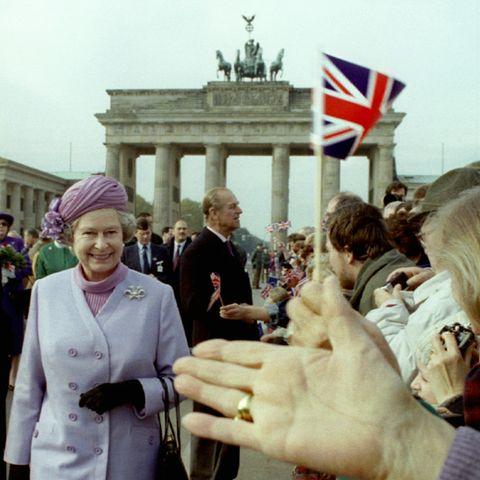 1992  Fahneschwenken für das vereintigte Königreich: Die Queen und Prinz Philp begrüßen am Brandenburger Tor die Menschen.