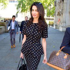 Vor dem Obersten Gerichtshof in London vertritt Amal Clooney, hier im eleganten Polka-Dot-Dress, derzeit die Interessen der Ende der 1960er Jahre zwangsumgesiedelten Chagossianer.