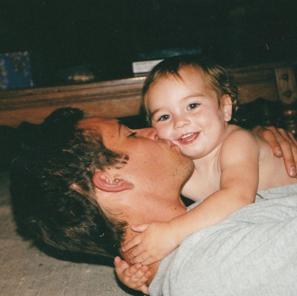 Vor mehr als anderthalb Jahren starb Paul Walker bei einem tragischen Autounfall. Zum Vatertag postet seine Tochter Meadow dieses süße Foto der beiden.