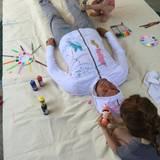 """Alyson Hannigans Mann Alexis Deisof lässt sich von den Töchtern Keeva und Satyana am Vatertag """"verschönern""""."""