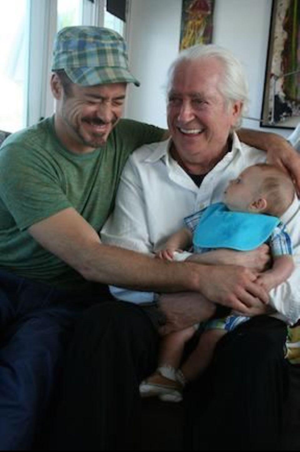 Robert Downey Jr. postet ein hübsches Generationenfoto von sich, seinem Vater und seinem Sohn.
