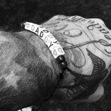 David Beckham freut sich über ein Armband zum Vatertag.
