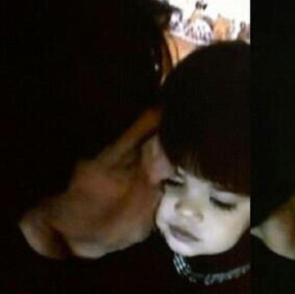 """Es ist Caitlyn Jenners erster Vatertag als Frau. Ihre Tochter Kendall teilt ein altes Bild der beiden und schreibt: """"Mein ganzes Leben lang war diese Seele mein Papa und nur weil dein Aussehen jetzt anders ist, heißt das nicht, dass du ein schlechterer Vater für mich warst. Frohen Vatertag für die Person, die mich erzogen hat und mir alles beigebracht hat, was ich weiß, mein Held."""""""