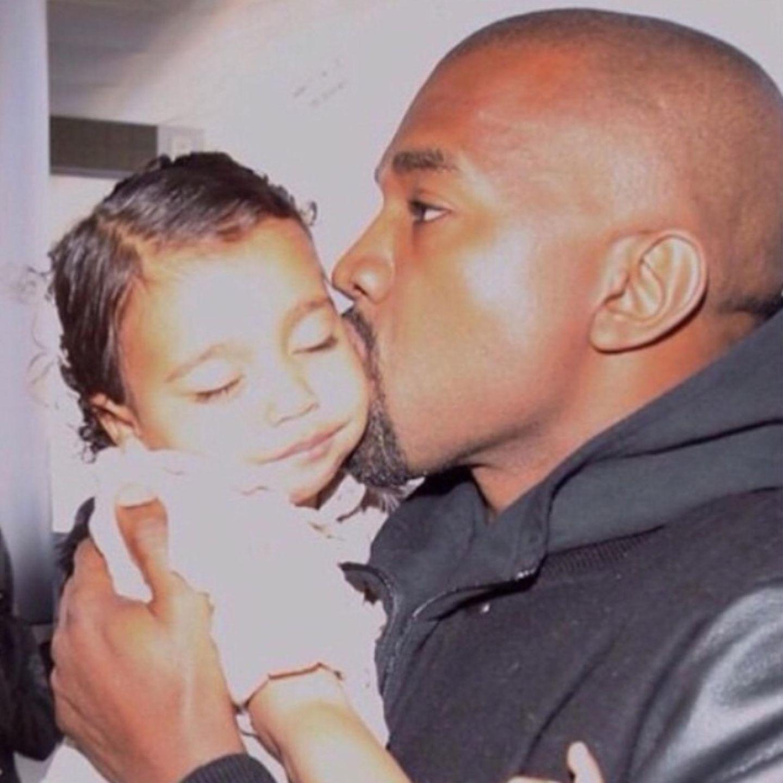 """Kim Kardashian belobhudelt natürlich auch ihren Ehemann Kanye West: """"Ich habe so viel Glück, mit einem Mann verheiratet zu sein, der seine Tochter so liebt. Eure Verbindung ist unersetzbar! Danke, dass du so ein guter Vater bist! Wir lieben und schätzen dich so sehr! Wir sind gesegnet, dich zu haben!"""""""