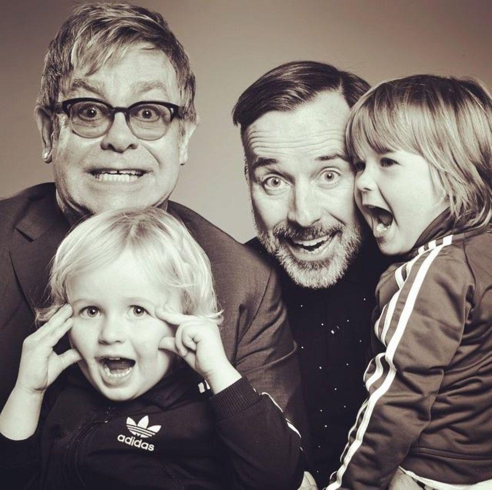 Elton John nutzt den Vatertag um für Spenden für die Krebsforschung aufzurufen.