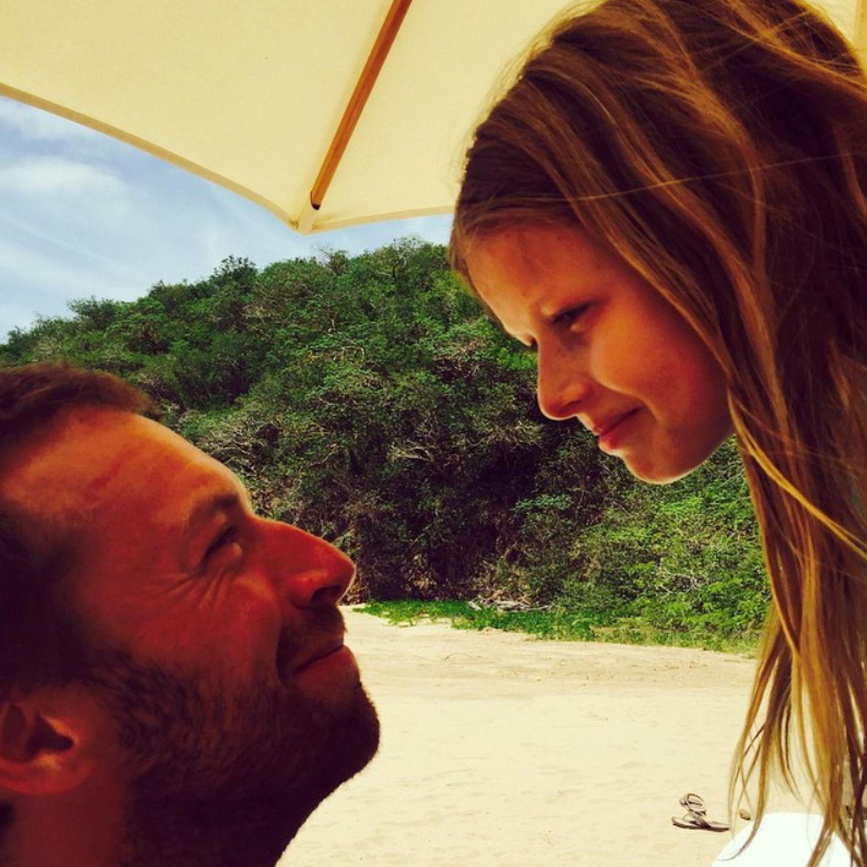 Auch an den Vater ihrer Kinder denkt Gwyneth Paltrow. Sie teilt dieses süße Bild von Chris Martin und Tochter Apple.