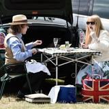 Diese Gäste picknicken am Kofferaum ihres Minis.
