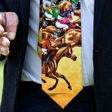 Mit passender Krawatte zum Pferderennen