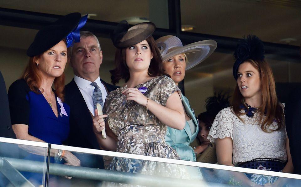 Fergie sieht sich mit ihren Töchtern Prinzessin Eugenie und Prinzessin Beatrice ein Rennen an.