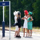 Die Gäste kommen am Bahnsteig in Ascot an.