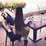 24. Juni 2016:   Breakfast with a view! Sarah hat Hunger und zeigt nicht nur einen wundervollen Ausblick, sondern ganz nebenbei auch ihre lange Mähne.