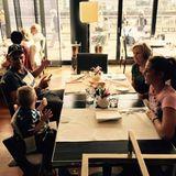 Sarah und Pietro Lombardi genießen ihre Zeit mit Sohn Alessio und seiner Oma im Restaurant in Düsseldorf.