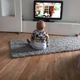 22. Mai 2016  Wie niedlich: Ganz gespannt verfolgt Alessio das Sandmännchen.