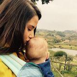 27. Oktober 2015  Zärtlich küsst Mama Sarah ihren kleinen Alessio, während sie einen Spaziergang machen.