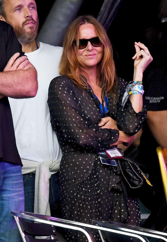 Designerin Stella McCartney lässt es sich in einem gepunkteten Jumpsuit beim Konzert von Pharrell Williams gutgehen.