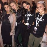 Später hat Kim aber wohl eingesehen, dass Gummistiefel die bessere Wahl sind, wie dieses Instagram-Bild beweist. Darauf auch zu sehen sind Gigi Hadid im sexy Rocker-Look sowie Kendall Jenner und Cara Delevingne, die sich für T-Shirt-Partnerlook entschieden haben.
