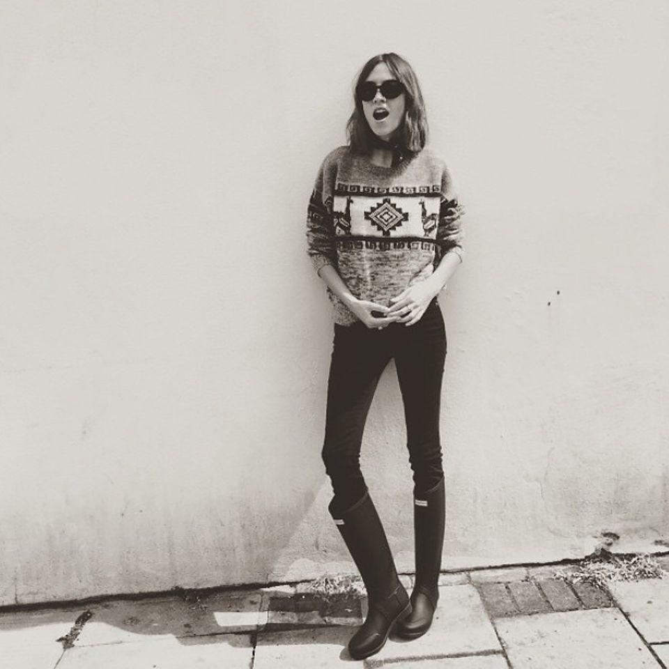 Nicht aufregend, aber perfekt für Glastonbury: Alexa Chung entscheidet sich für Norweger-Pulli mit schwarzer Slim-Jeans und den absolut notwendigen Gummistiefeln.