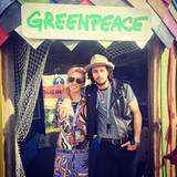 Regisseurin Sam Taylor-Johnson genießt das Festival im bunten Retro-Kleid, ihr Mann Aaron setzt eher auf den lässigen Lederwesten-Look.