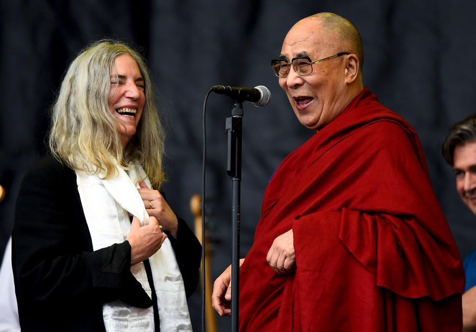 Der Dalai Lama besucht Glastonbury: Patti Smith begrüßt ihn auf der Bühne.