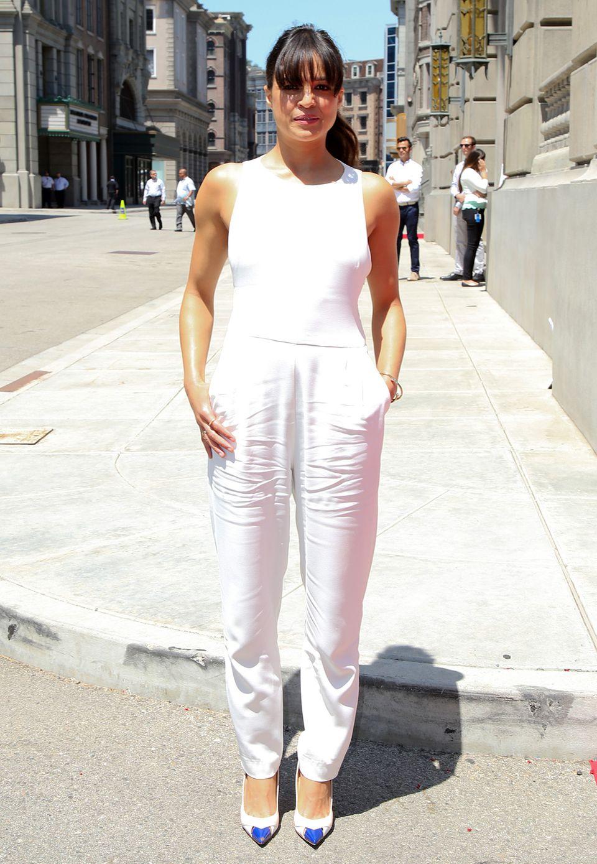 Ein echter Hingucker im Büro sind Sie mit einem eleganten, schlicht weißen Jumpsuit, wie Michelle Rodriguez ihn trägt.