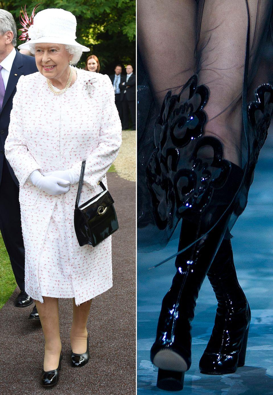 Glänzende Auftritte ist Elizabeth II. ja ohnehin gewohnt. In Berlin legte sie sogar noch einen drauf und kombinierte Lackleder- Accessoires zum zarten Kostüm. In eine neue Handtasche von Marc Jacobs muss sie also nicht investieren. Sie hat den Trend längst erkannt!