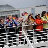 Tag 2  Von den Spreebrücken werden sie von begeisterten Kindern begrüßt.
