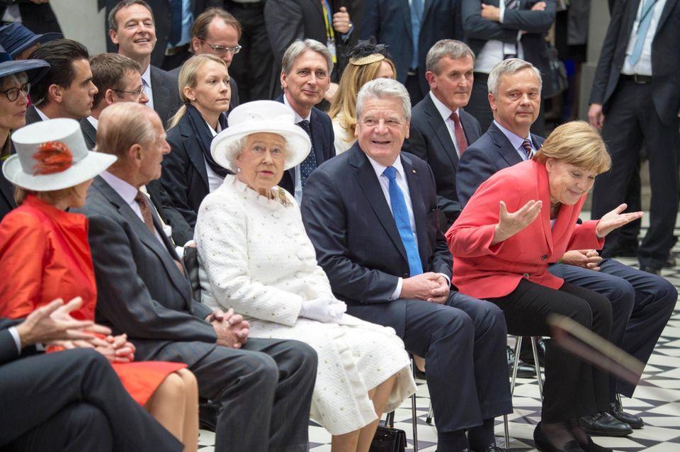 Tag 2  Beim Besuch in der Technischen Universität Berlin leisten Angela Merkel und Joachim Gauck dem Königspaar Gesellschaft.